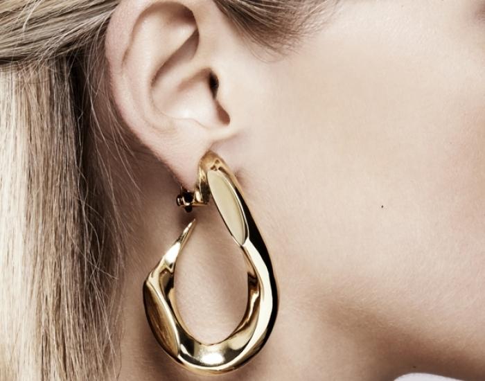 Annelise Michelson Dechainee broken earring